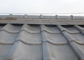 のし瓦と屋根瓦の間に漆喰を詰め、銅線で固定します