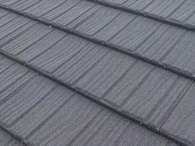天然石が吹き付けられた金属屋根材