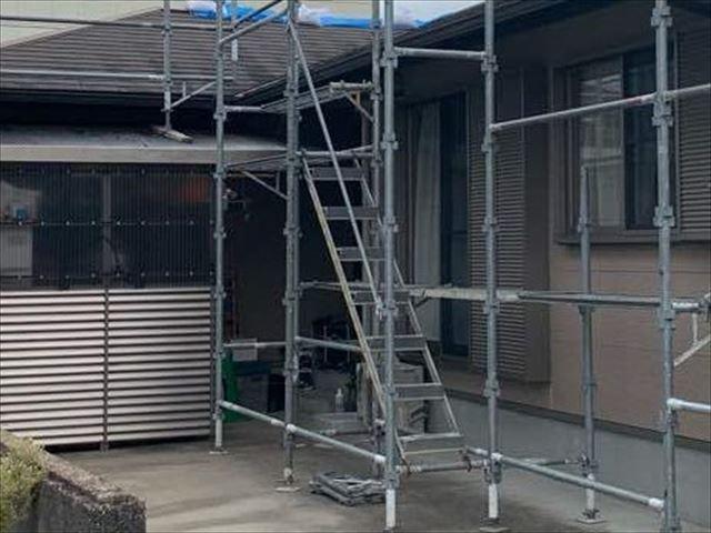 足場に設置された昇降階段