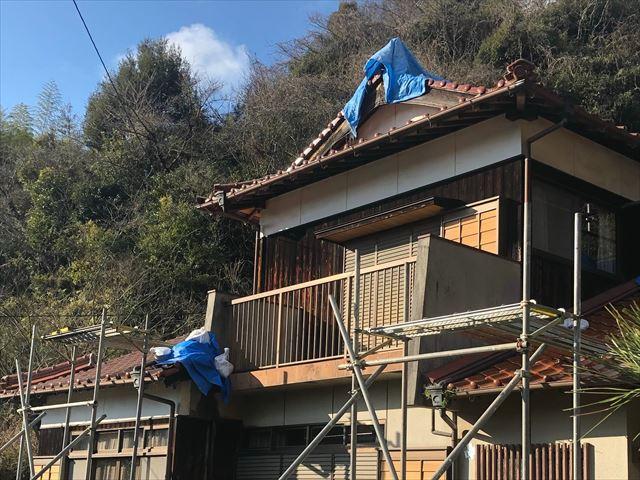 雨漏り箇所にブルーシートをかけた瓦屋根