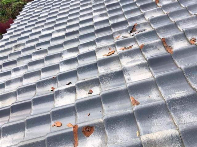 下松市にて瓦屋根の葺き替え、劣化して欠けた瓦を撤去