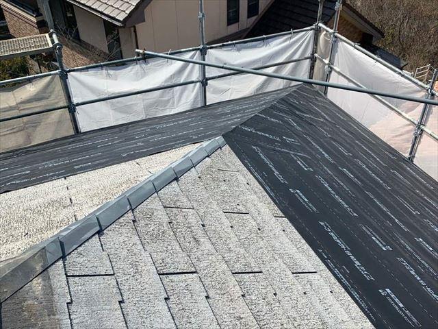 光市にて屋根のメンテナンスで雨漏りしやすい「谷」に板金を取り付け