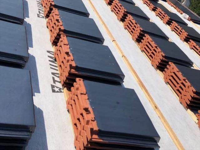 光市にて瓦屋根の葺き替えで外壁との取り合い部分の板金工事
