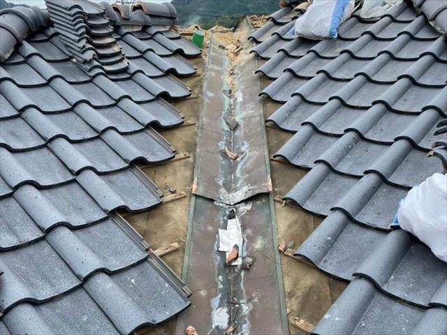 周南市にて谷樋交換工事による屋根補修で雨漏りを防止