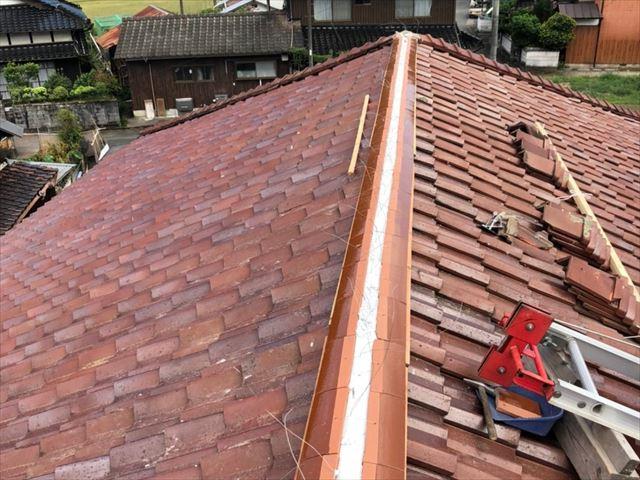 棟瓦の取り直しでのし瓦の積み作業