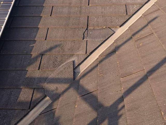 割れて抜け落ちたスレート屋根材