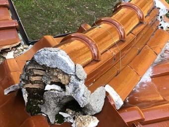 瓦屋根の棟の剥がれた漆喰