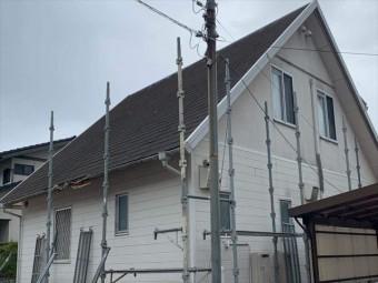 足場仮設途中のカラーベスト屋根