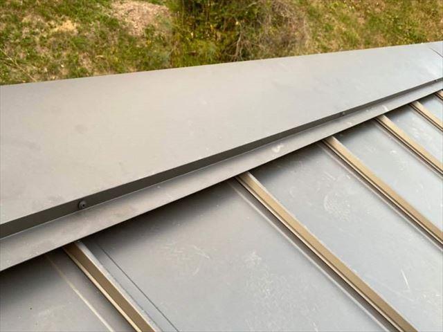 立平葺きの金属屋根の棟板金