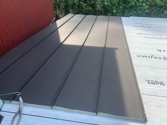 立平葺きで金属屋根材を施工