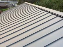 立平葺きで葺き替えたガルバリウム鋼板の金属屋根