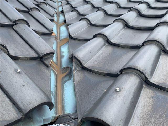 光市で屋根の修理、谷樋(谷板金)に開いた穴から雨漏りが発生
