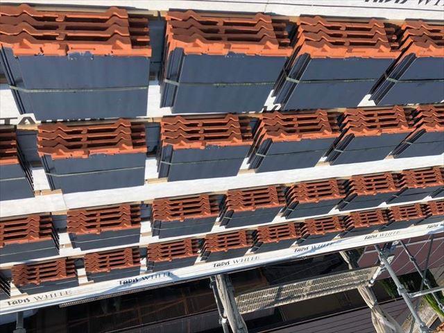 防水紙の敷設と屋根材の設置