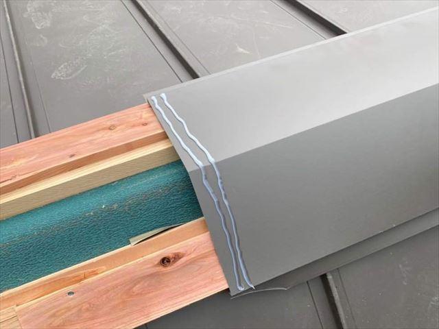 屋根の棟に棟板金を設置