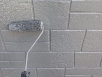 外壁をローラーで塗装