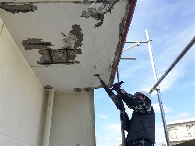 コンクリートの脆弱部分の撤去作業