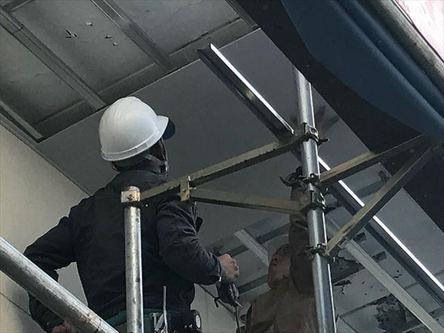 軒天にケイカル板を張る作業