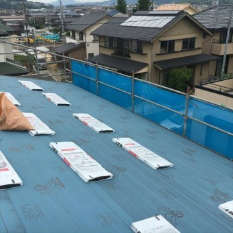防水シートを敷いた屋根