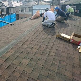 カバー工法で屋根材リッジウェイを葺いている