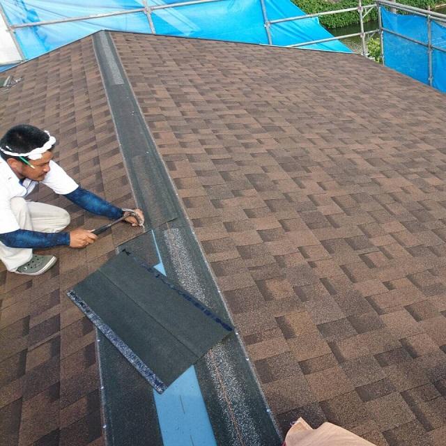カバー工法で屋根の棟付近にリッジウェイを張っているところ