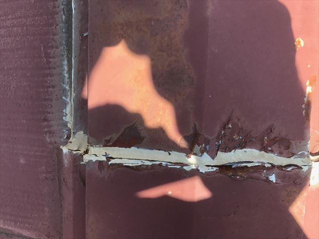 スレート屋根の棟板金のコーキング箇所に隙間がある