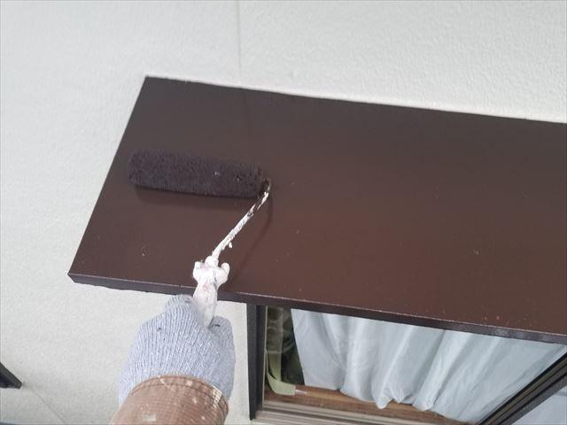 庇の塗装の上塗り