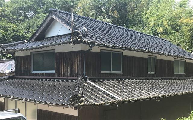 瓦屋根の外観