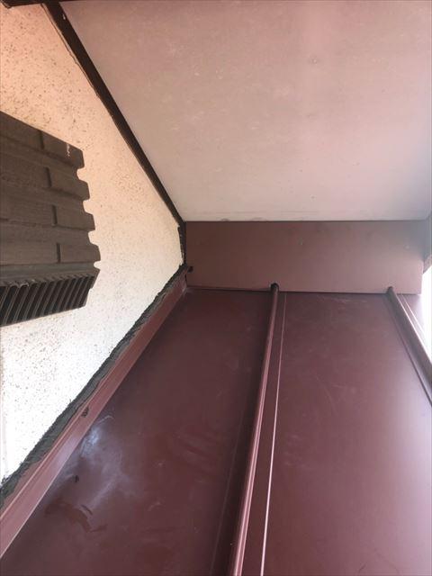 瓦棒屋根の壁との取り合い