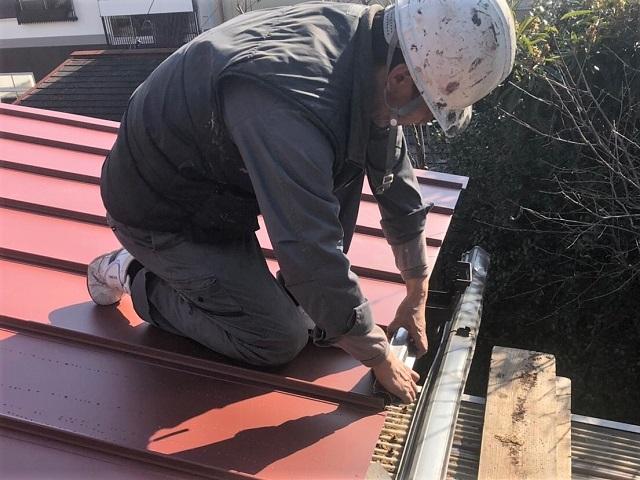 瓦棒の軒先を折る作業