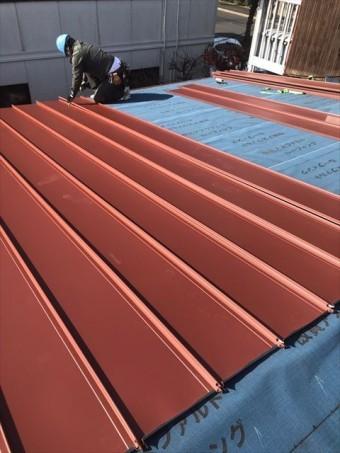 ガルバリウム鋼板を張る作業