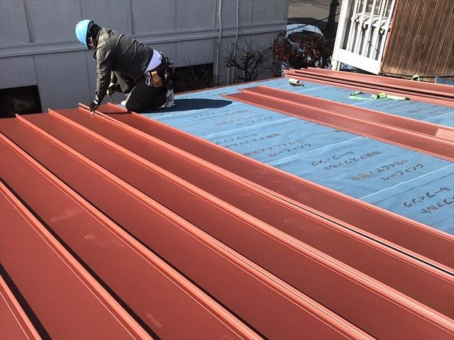 ガルバリウム鋼板の屋根材を施工