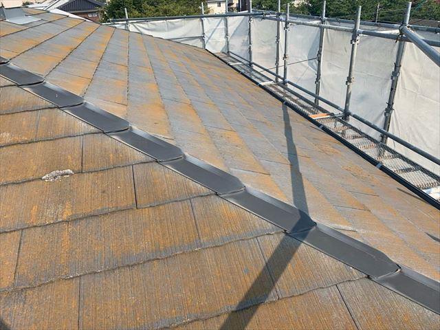 コケで茶色になったスレート屋根