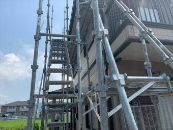 仮設足場に設置された階段