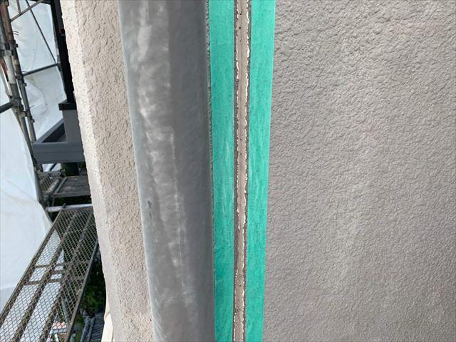 柳井市で黒ずんだシーリングの打ち替え工事と窓にビニールで養生