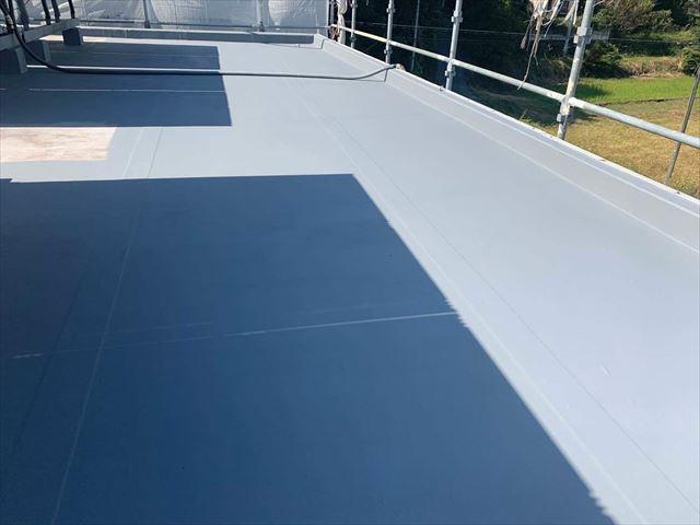 屋上防水のトップコート塗布