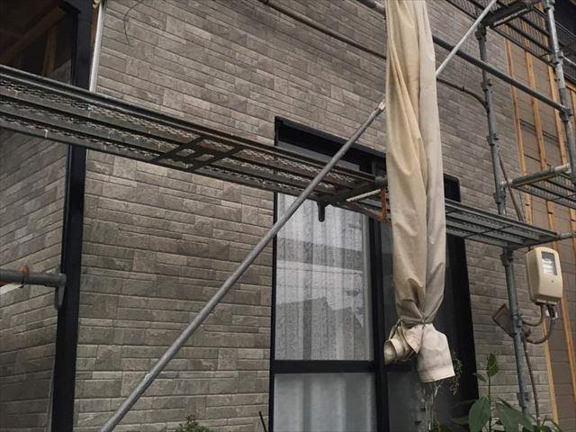 外壁カバー工法の施工途中の外壁
