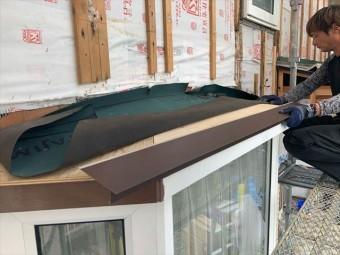出窓屋根に防水紙を張る作業