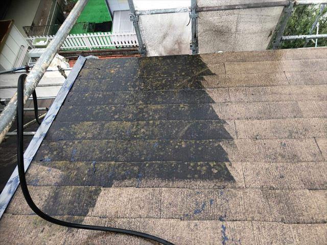 高圧洗浄の途中のスレート屋根