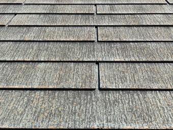 黒く汚れたスレート屋根