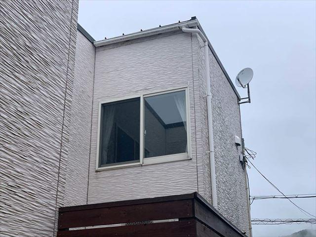 軒先の短い住宅
