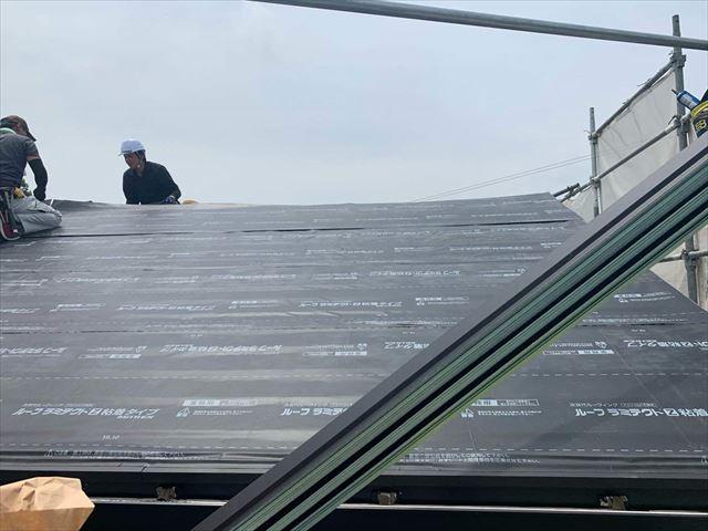 周南市の屋根カバー工事で雨漏りを防ぐための防水シートを敷設