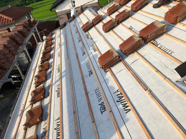 周南市の屋根葺き直し工事で瓦屋根専用漆喰材での棟瓦の積み上げ