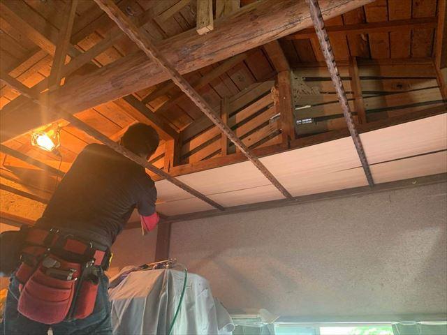 天井板の張り作業