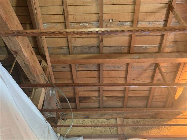 天井板を剥がした屋根裏