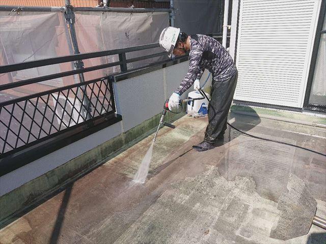 光市で屋上の防水工事、トップコートを塗り替えて防水層の劣化を抑制