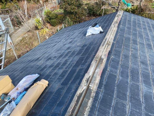 棟板金を撤去したスレート屋根