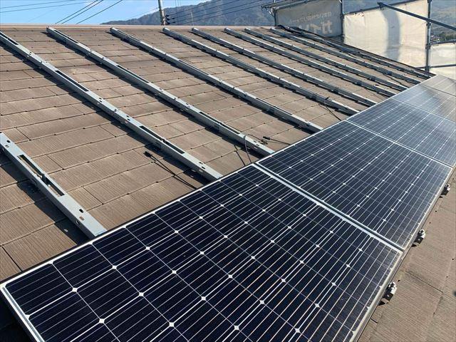 周南市にて太陽光パネルを設置している屋根をカバー工法でリフォーム