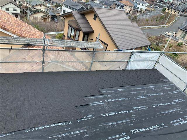屋根カバー工法で屋根材の施工