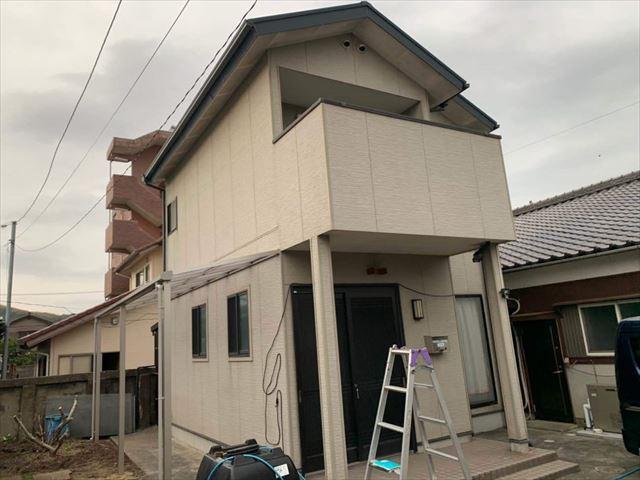 色褪せた外壁の住宅