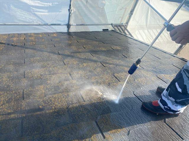 高圧洗浄で屋根の汚れを落とす
